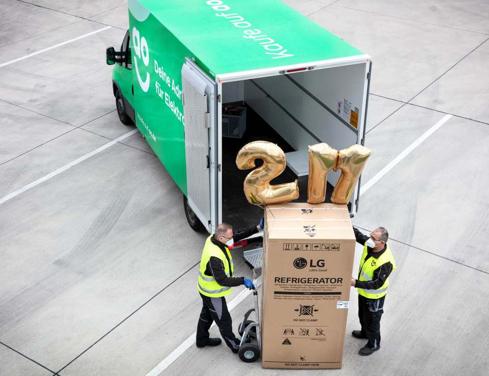 AO-Mitarbeiter beladen ihren Van mit dem zweimillionsten verkauften Gerät.