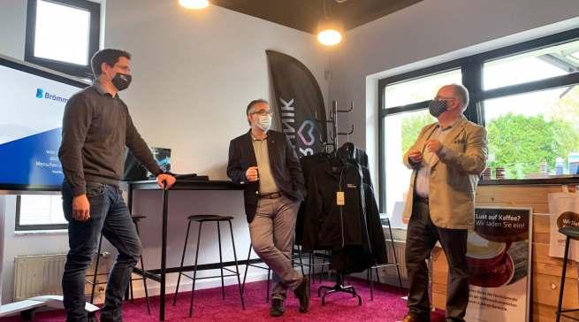 """Im Branchendialog (v.l.): Dominik Wassong (""""Wir lieben Technik"""") und Michael Strempel (Vertriebsleiter Brömmelhaupt) mit infoboard.de-Chefredakteur Matthias M. Machan"""