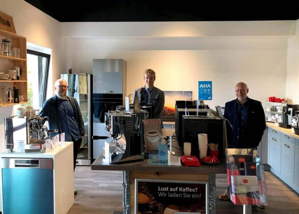 Hausmesse bei Brömmelhaupt (v.l.): Christian Stiller (Produktmanager Weiße Ware), Robert Drosdek und Jochen Ernst (esperto).