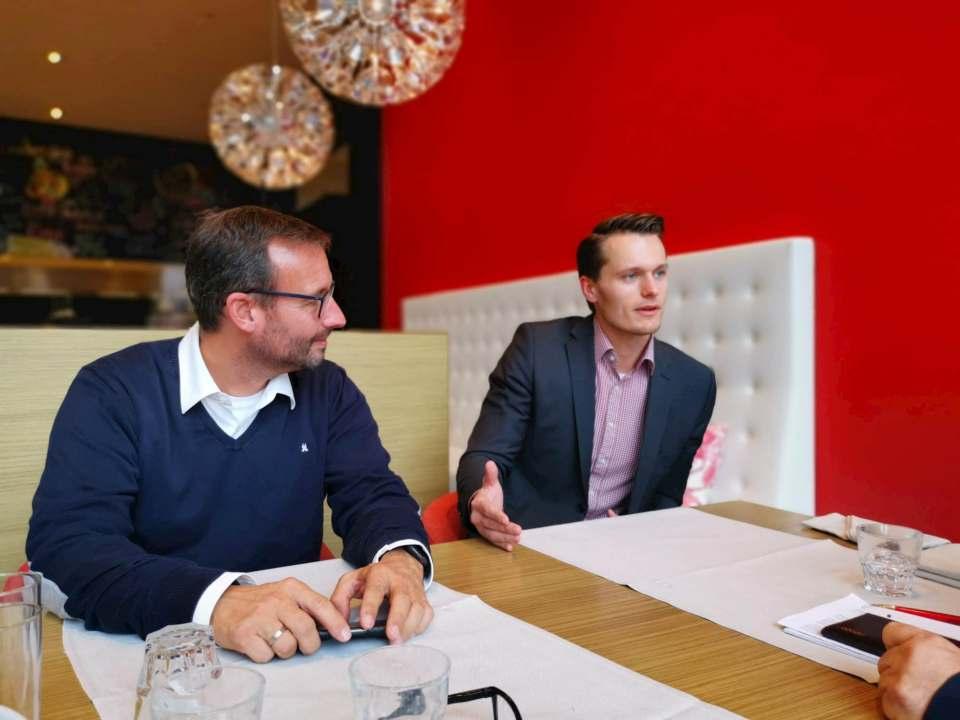 Fachgespräch mit infoboard.de in Düsseldorf: Martin Wolf (l.), Leitung Vertrieb und Marketing für Elektro/Küche/Licht bei der EK/servicegroup und Charly Neuhoff.