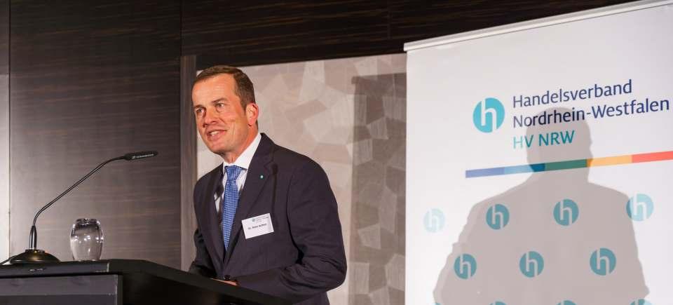 """""""Es kann nicht sein, dass öffentlich permanent verkündet wird, es stünden umfangreiche Hilfsgelder für die betroffenen Unternehmen bereit – diese aber tatsächlich nicht im Handel ankommen"""", Dr. Peter Achten, Hauptgeschäftsführer Handelsverband NRW."""