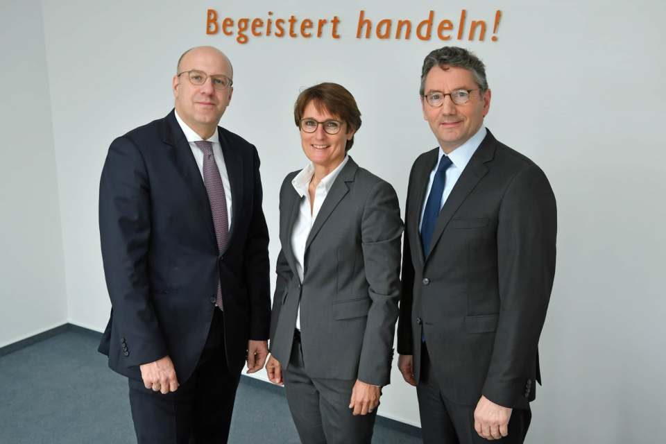 Halten die EK/servicegroup auch zu Pandemiezeiten stabil auf Kurs (v.l.): die Vorstände Martin Richrath und Susanne Sorg sowie Vorstandsvorsitzender Franz-Josef Hasebrink.