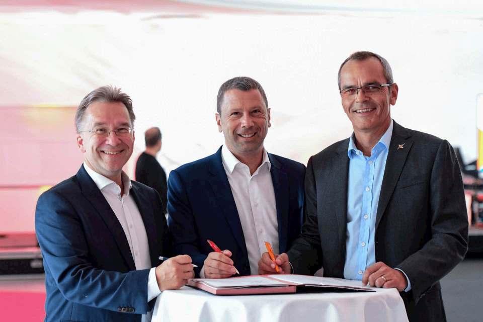 Da war Covid-19 noch weit weg: Im September 2019 besiegelten (v.l.): Benedict Kober (Euronics), Jens Heithecker (Messe Berlin) und Dr. Stefan Mülller (expert) die KOOP-Messe 2021.