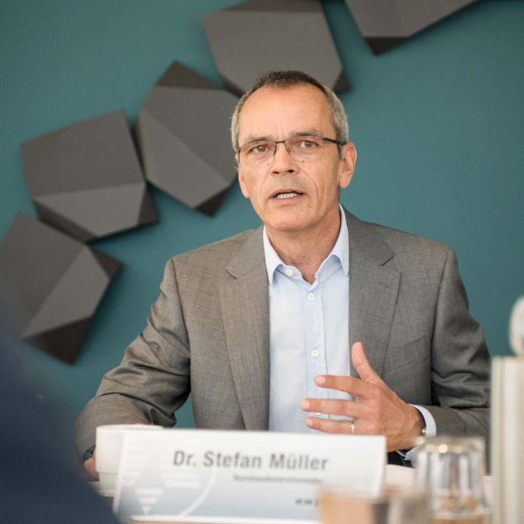 """""""expert ist zuversichtlich, diese herausfordernde Situation zu bewältigen und die stationären Fachmärkte und -geschäfte schnellstmöglich wieder zu öffnen"""", so Dr. Stefan Müller, Vorstandsvorsitzender der expert SE."""