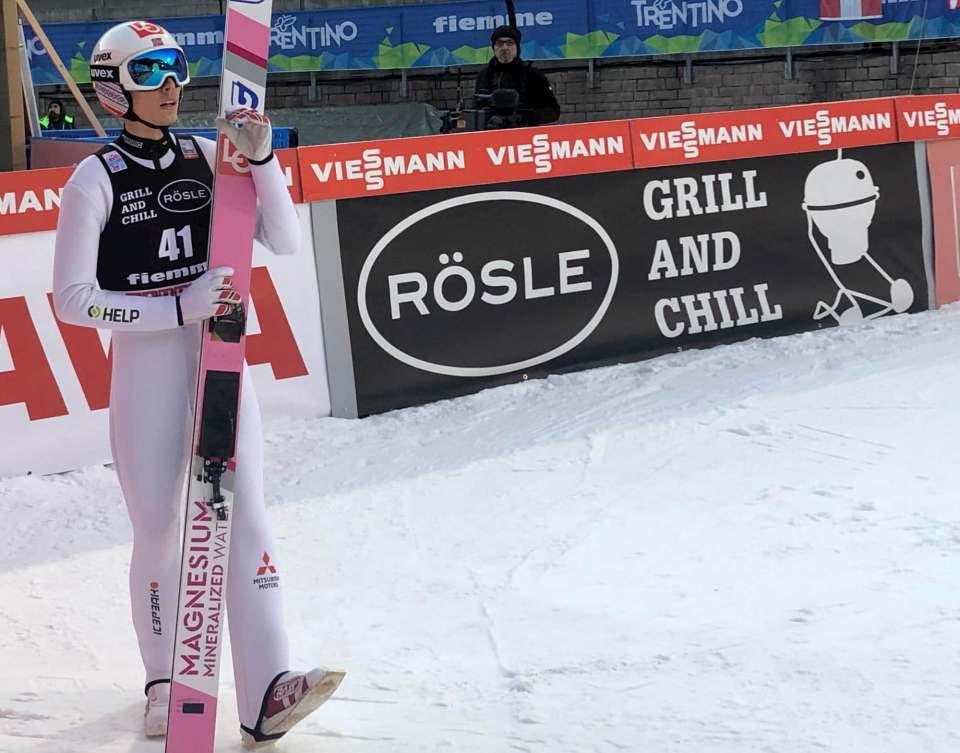 Mit Rösle beim Skisprung Weltcup.