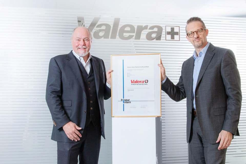 Schweizer Wertarbeit mit Auszeichnung: Christian Müller (Chefredakteur friseur-intern, links) und Pascal Aenishänslin, Verkaufsdirektor Valera (rechts).