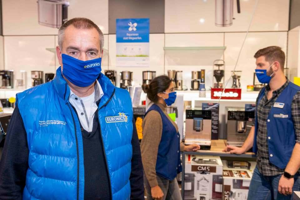 Auch im zweiten Lockdown sind bei Euronics XXL Johann + Wittmer (Ratingen) Mitarbeiter auf der Verkaufsfläche, um die Kunden via Smartphone oder online zu beraten bzw. das Click&Collect zu organisieren.