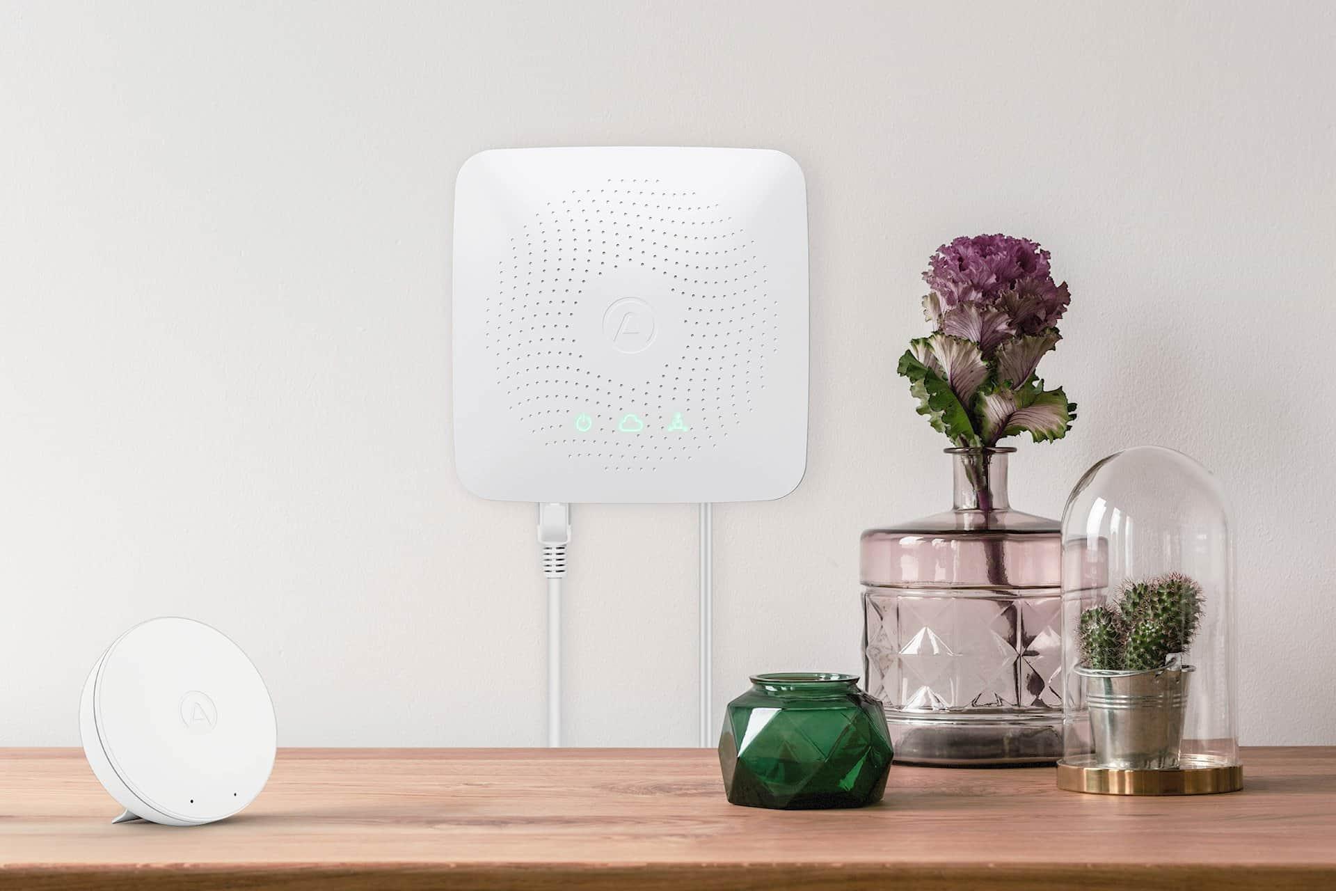 Der Airthings Hub bindet die Sensoren unter einer Oberfläche ein, so dass alle Sensoren eines Hauses ge-meinsam beobachtet und ausgewertet werden können.
