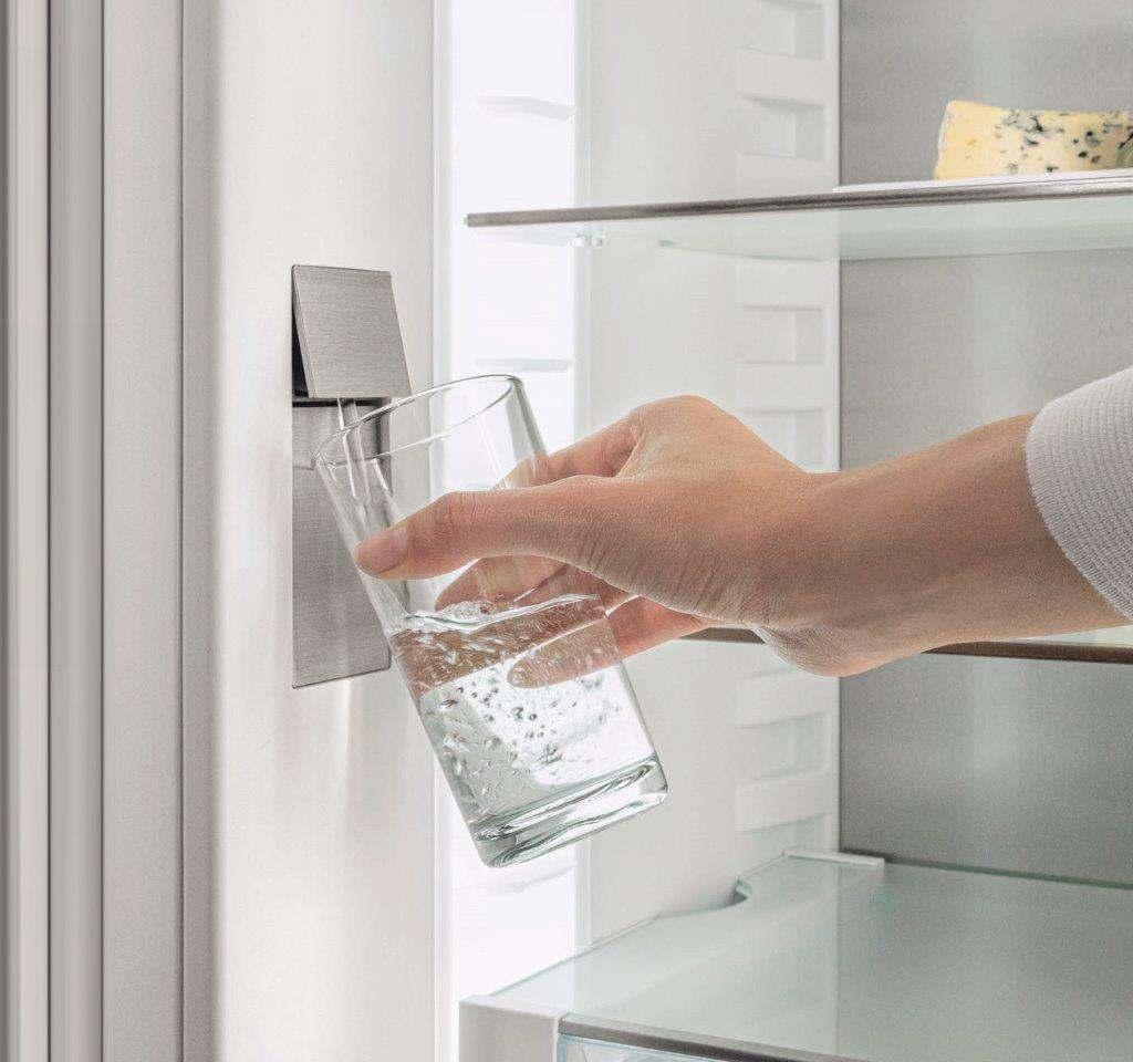 """Neu ist auch der """"InfinitySpring"""", eine Wasser-Quelle im Kühlschrank: Der integrierte Wasserspender sorgt jederzeit für kaltes und gefiltertes Wasser."""