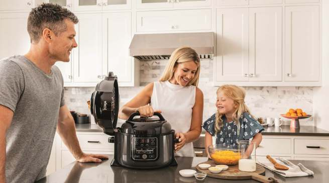 Die Marke Ninja bietet Verbrauchern ein breites Spektrum an multifunktionalen Küchengeräten – von leistungsstarken Mixern und Küchenmaschinen bis hin zu Multikochern, Heißluftfritteusen und Grills.