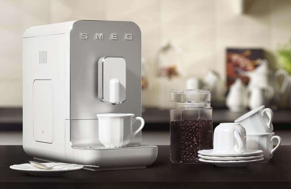 Smeg Kaffeevollautomat Basic BCC01 mit Edelstahl-Kegelmahlwerk.