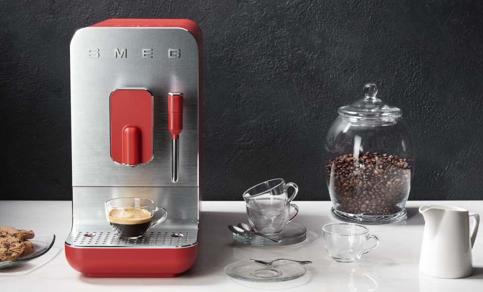 Smeg Kaffeevollautomat BCC02 mit Edelstahldüse für Wasserdampf.
