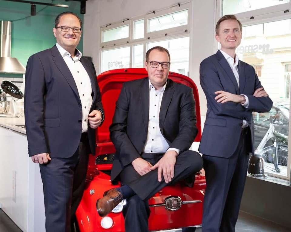 Robert Tsanakaliotis (l.) und Karsten K. Schönfeld (M.) berichten direkt an Olaf Nedorn (r.), Geschäftsführer Smeg Deutschland.