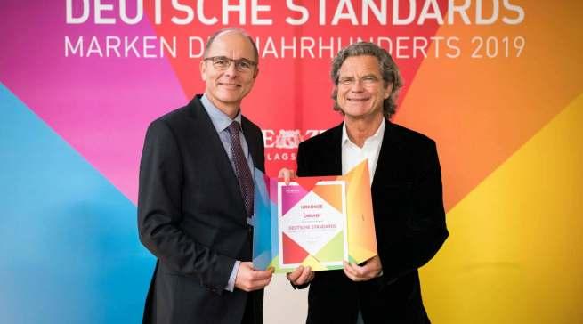 """Im Rahmen der Buchpremiere """"Deutsche Standards"""" nahm Beurer Geschäftsführer Georg Walkenbach (l.) 2019 die Auszeichnung von Dr. Florian Langenscheidt entgegen. Foto: Andreas Henn"""
