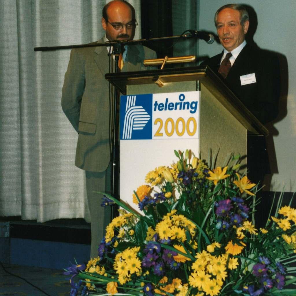 Helmut Scholz, Mitgründer und erster Geschäftsführer der Verbundgruppe telering übergibt im Jahr 2000 den Staffelstab an Franz Schnur