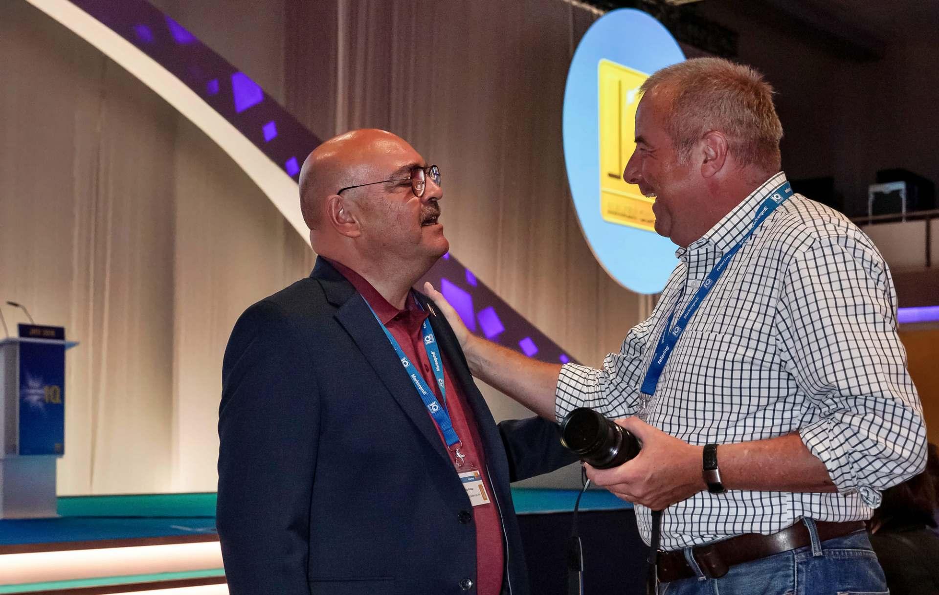 Franz Schnur und Gabriel Wagner (rechts) im Gespräch auf der Jahreshauptversammlung von telering 2018 in Berlin.