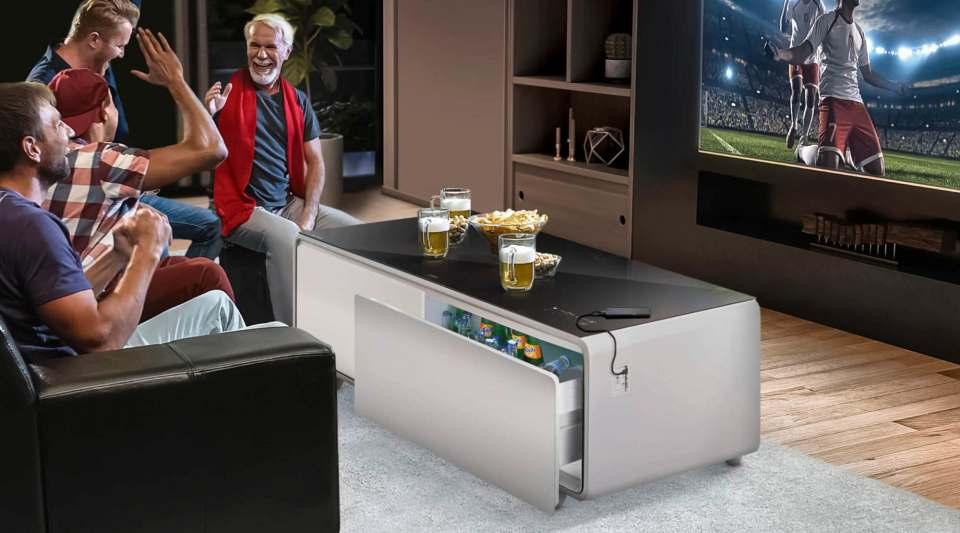 """Der Lounge-Tisch """"Sound & Cool"""" von Caso ist Tisch, Soundbar und Getränkekühler."""