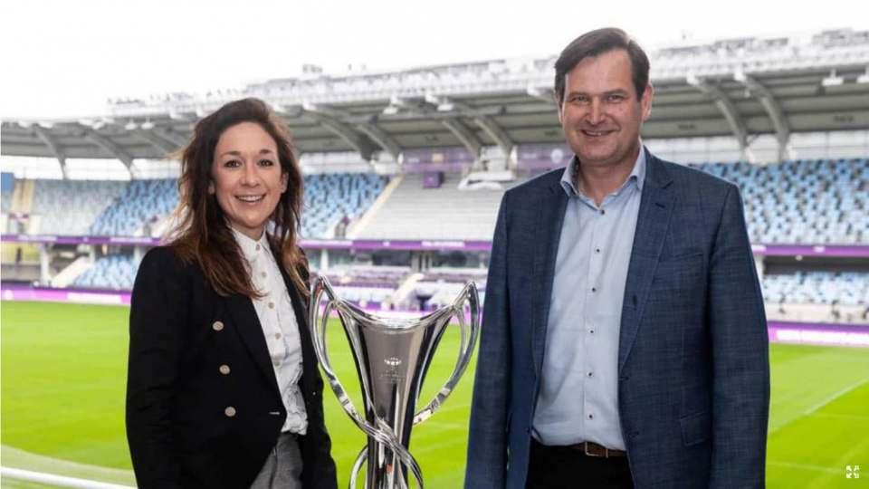 Sportlich unterwegs im europäischen Frauenfußball: Nadine Kessler (UEFA-Bereichsleiterin Frauenfußball) und Euronics-Geschäftsführer John Olsen mit dem Pokal der UEFA Women's Champions League. (Foto: UEFA via Getty Images.)