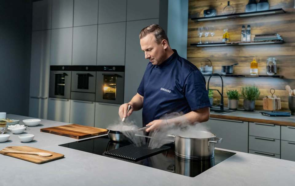 Starkoch Tim Raue ist neuer Markenbotschafter für Samsung Haushaltsgeräte.