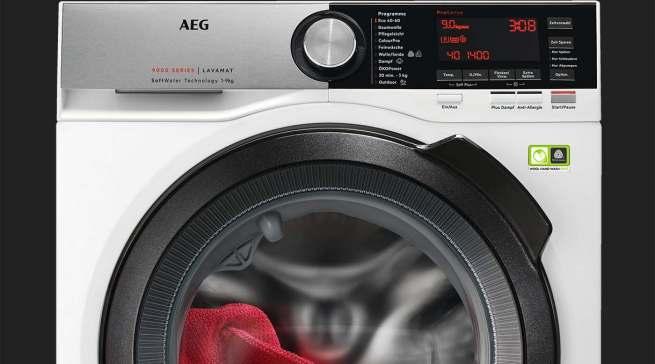 """Bei Waschmaschinen spielt die Lebensdauer eine große Rolle. Unser Foto zeigt die AEG Waschmaschine L9FS86699, die u.a. mit einer """"SoftWater""""-Technologie ausgestattet ist – dem weltweit ersten System zur Wasservorenthärtung bei Waschmaschinen."""