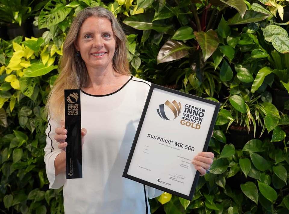 Beurer Marketing Leiterin Kerstin Glanzer zeigt stolz den Award für das Meeresklimagerät Maremed.