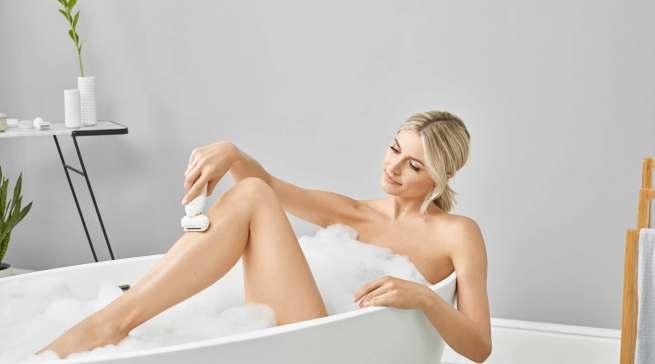 Tipp von Lena Gercke: Relaxt in der Wanne epilieren. Denn warmes Wasser lenkt die Schmerzrezeptoren ab – so können selbst Epilieranfänger ganz entspannt bleiben.