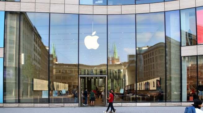 """Samstags bilden sich Schlangen vor dem Eingang: die Apple-""""Kathedrale"""" in Düsseldorf. Foto: infoboard.de"""
