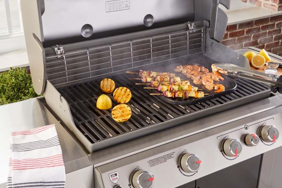 Die Sear Zone, das Hochleistungs-Hitzesystem von Weber, heizt Fleisch, Gemüse und Co. auf dem Grillrost so richtig ein. Fotos: Weber