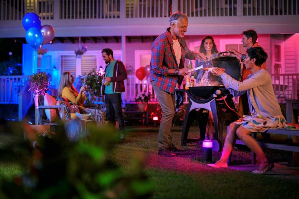 Die smarten Leuchten von Philips Hue tauchen den Garten in ein farbiges Lichterspiel. Foto: Philips Hue