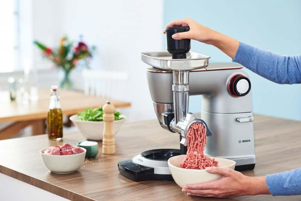 """Mit einer guten Küchenmaschine inklusive Fleischwolf-Aufsatz – unser Foto zeigt das Model """"OptiMUM"""" von Bosch – lassen sich Grillwürstchen vergleichsweise einfach zubereiten. Fotos & Infos: Bosch"""