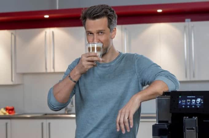 Wayne Carpendale plaudert bei einem Tässchen Kaffee mit Promis.