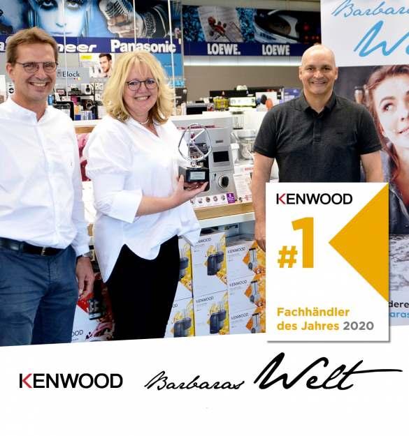 Erster Kenwood-Fachhändler des Jahres: Euronics XXL Frey & Diessl in Meitingen. Commercial Director Janosch Brengel (re) übergibt den Kenwood-Sonderpreis an Barbara und Christoph Diessl.