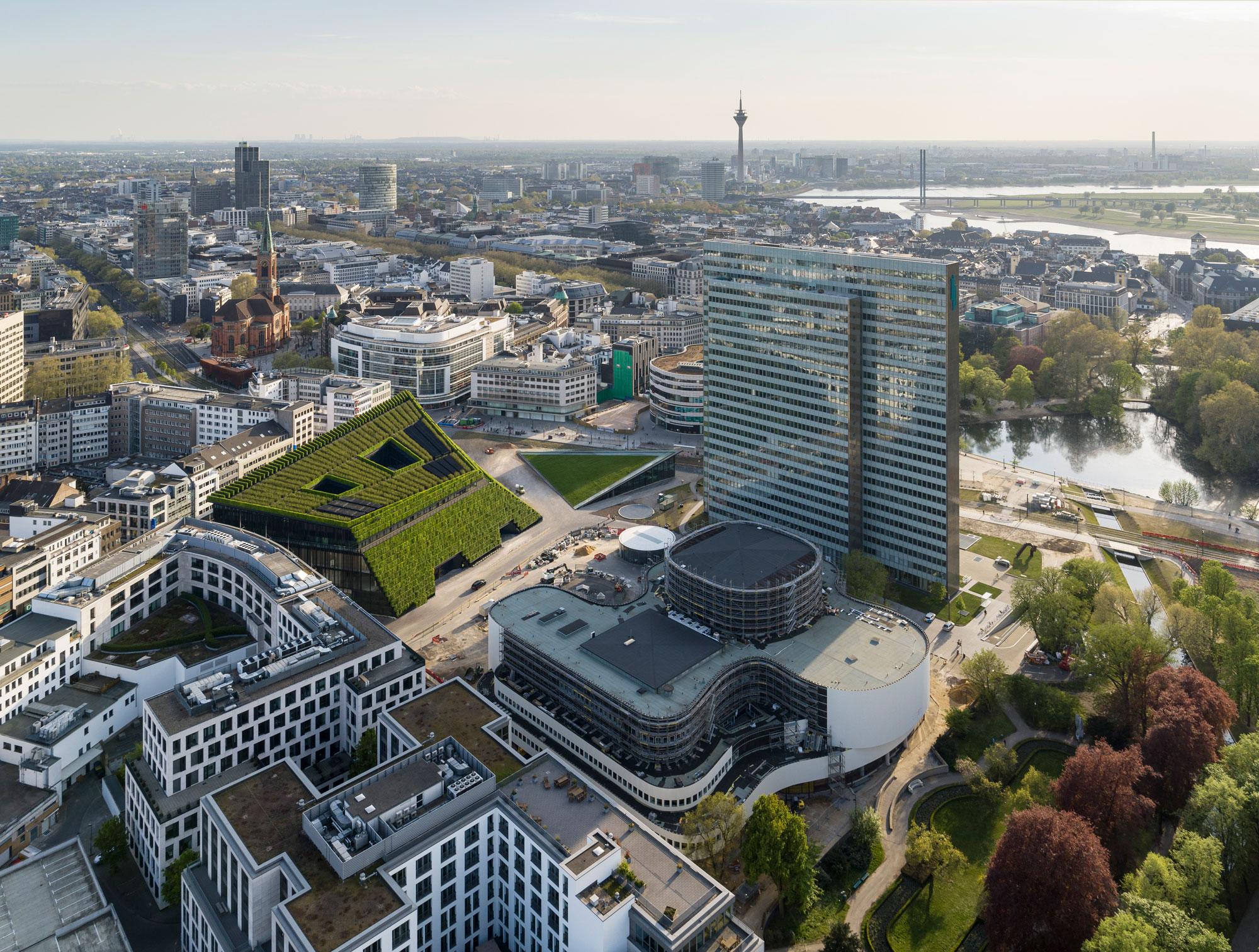 Spektakulär: Der begrünte Kö-Bogen II in der Düsseldorfer Innenstadt. Foto: ingenhoven architects/HGEsch