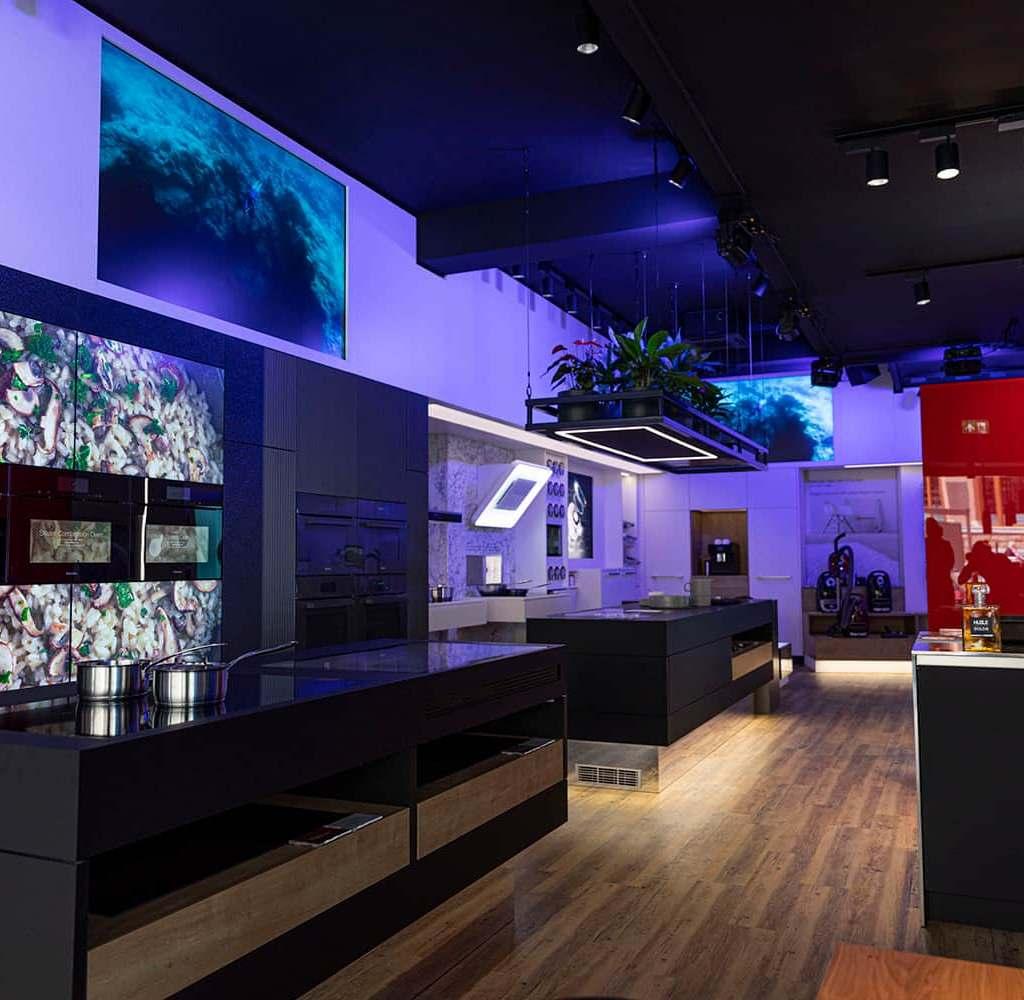 Beispiel Amsterdam: Die Miele Experience Center sind ein exklusives Storekonzept der Gütersloher, das die Verbraucher auf eine digitale, visuelle und haptische Reise durch die gesamte Miele-Markenwelt mitnehmen soll.