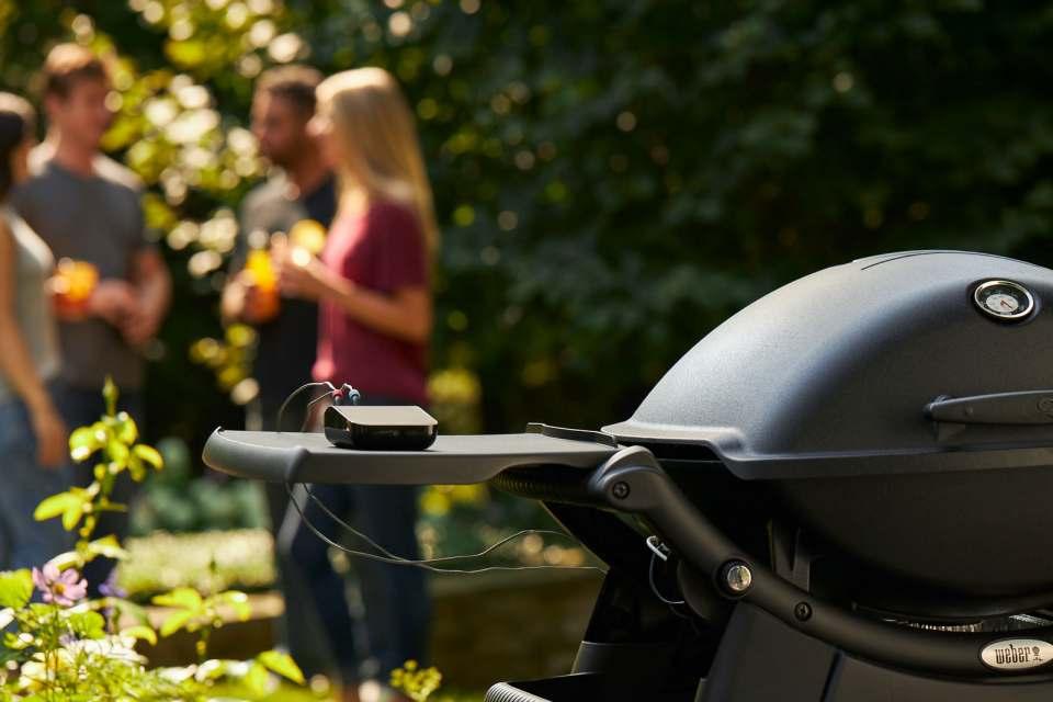 """Beim Grillen hat die Digitalisierung Einzug gehalten: Mit """"Weber Connect"""" präsentiert der amerikanische Grillhersteller seinen ersten KI-gestützten Grillassistenten, der Grillwissen per App mit smarter Technologie und passender Hardware verknüpft."""