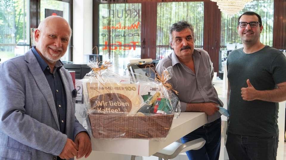 Eröffnung in Eschborn (v.l.): Jochen Ernst, Inhaber Masis Gharehbaki, Sohn Sandro Gharehbaki.