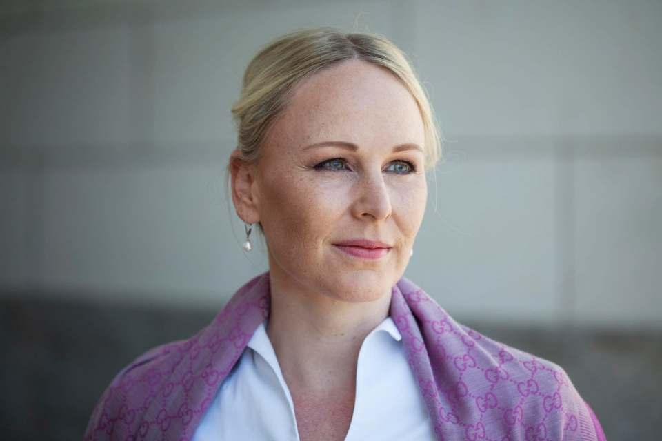 """Susanne Harring, Geschäftsführerin De'Longhi Deutschland, freut sich über die Plus X Award Auszeichnung """"Fachhandelsmarke des Jahres."""""""