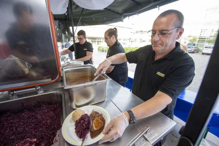 Kärcher-Küchenchef Marcus Henrich versorgt die Helfer mit ausgewogenen Mahlzeiten.
