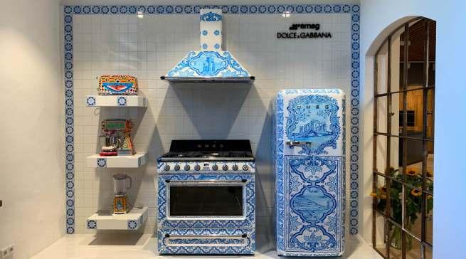 Echte Hingucker: Elektrogroßgeräte gestaltet von Dolce & Gabbana im Majolika-Design.