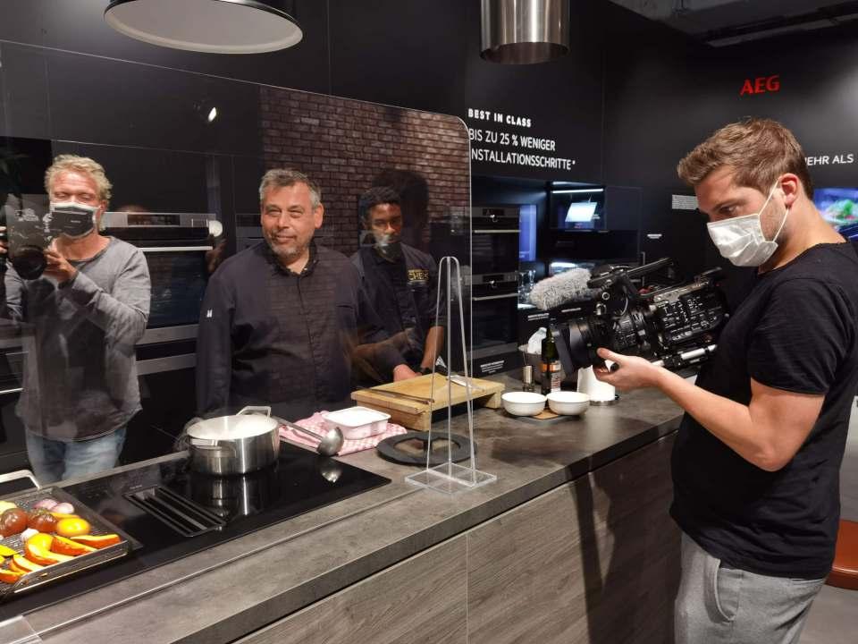 (Fast) wie in alten Zeiten: Medien-Ballyhoo und der Duft der Sterne Küche von Christian Mittermeier bei AEG. Fotos: Wagner