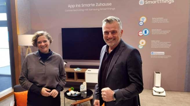 Fühlten sich im Smart Home von Samsung wie zu Hause: Diana Diefenbach (Head of Retail & Communication CE Home Appliances) und Martin Alof, Vertriebsleiter Küchen- und Möbelfachhandel bei Samsung Electronics.