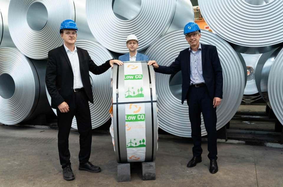 Grüner Stahl aus Salzgitter für BSH Hausgeräte. V.l.n.r.: Dietmar Fahlbusch, Alexander Schmitt (beide Globaler Einkauf BSH) und Phillip Meiser (Vertriebsdirektor Salzgitter AG)
