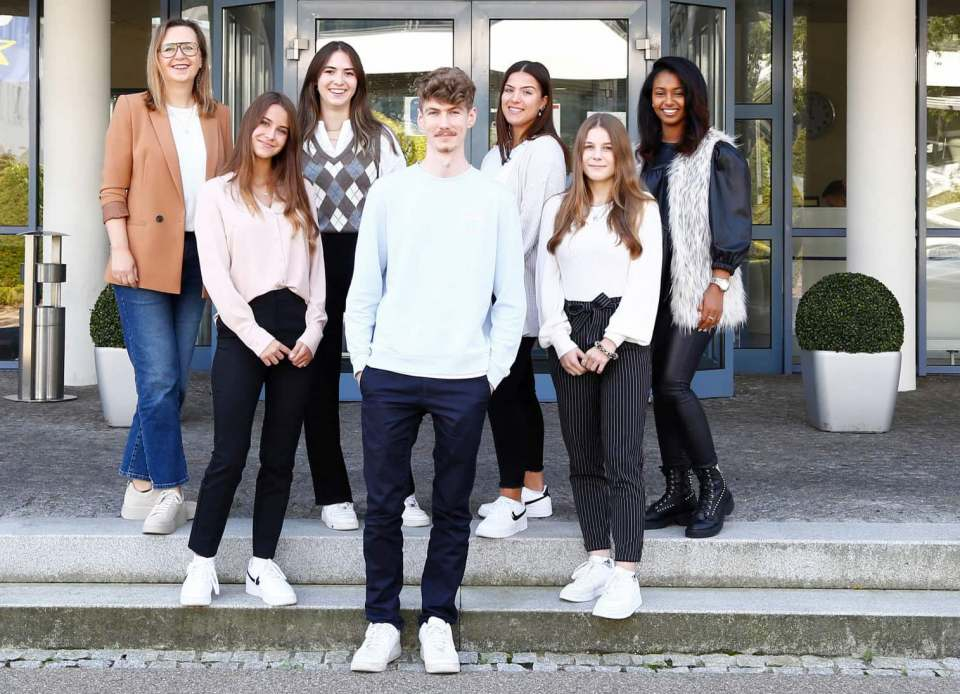 Ausbildungsstart bei Euronics mit sechs Nachwuchskräften und Claudia Wolff, Human Resources-Referentin und Ausbildungsleitung.