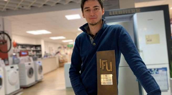 Niklas Geuer freut sich über die Auszeichnung mit dem IFU Wirtschaftspreis in Frechen.