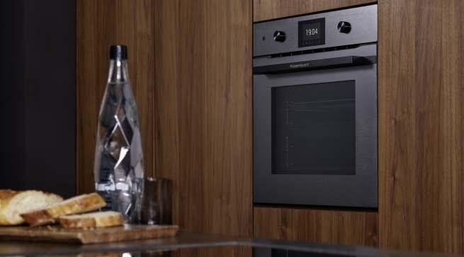Mit der neuen Graphit Line wird Küppersbusch seinem Anspruch gerecht, maßgeschneiderte Lösungen für Kunden zu entwickeln, die bei der Wahl ihrer Kücheneinbaugeräte eine Alternative zur Masse suchen. Das schwarzgraue Graphit ist in seiner edlen Anmutung ein Rohstoff mit dezentem Glanz. Inspiriert von dieser Eigenschaft hat Küppersbusch für die K-Series.3 ein neues Designkonzept entwickelt.