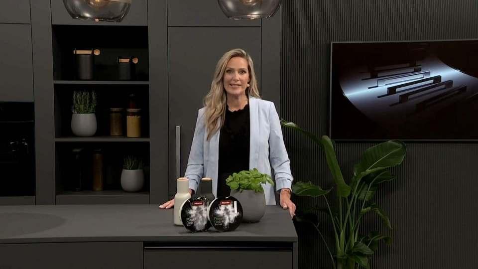 Moderierte die gut 75-minütige Miele-Präsentation: n-tv-Moderatorin Christiane Stein. Fotos: Miele; Screenshots Gabriel Wagner