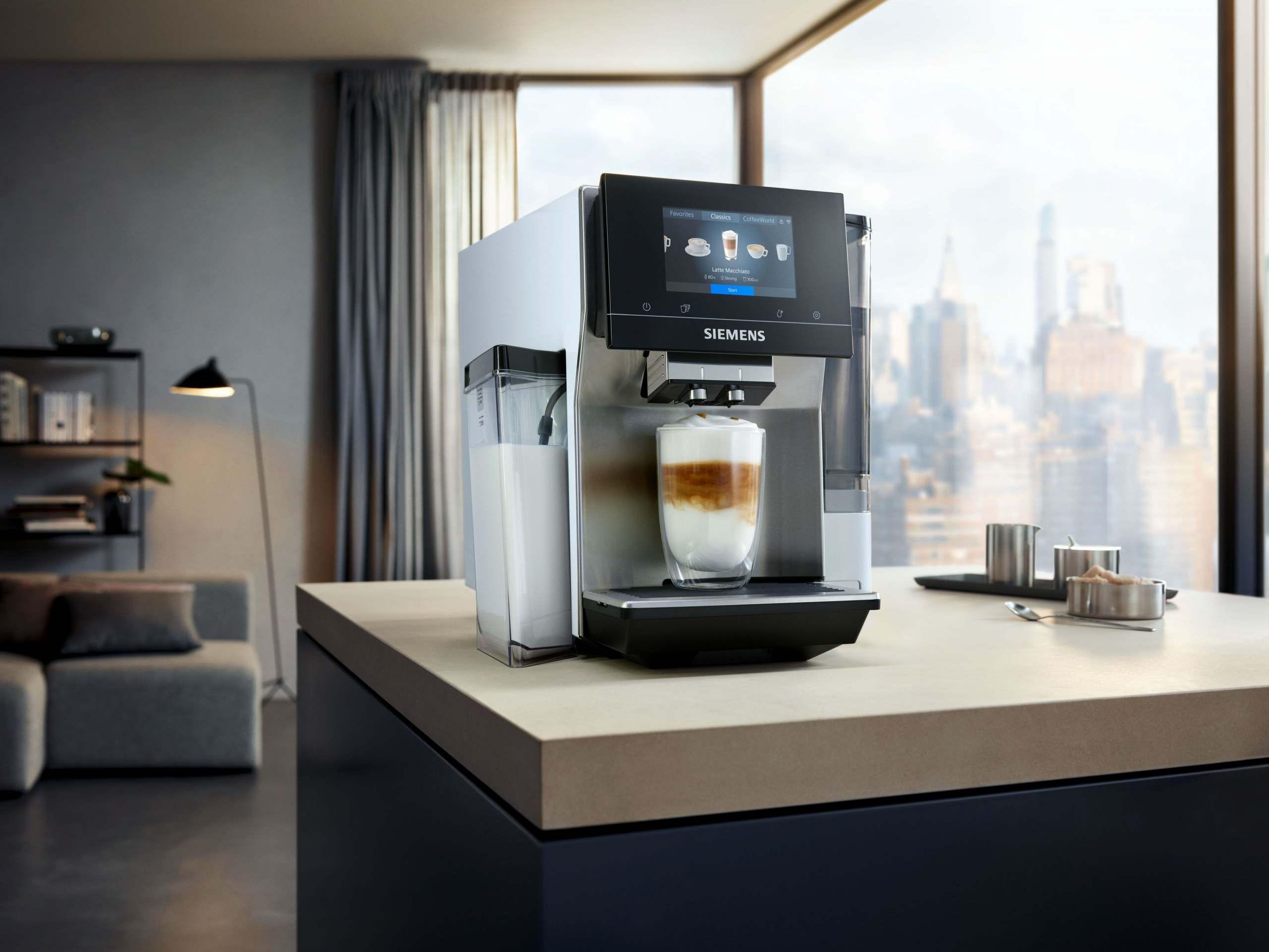 So schön kann Kaffeegenuss sein: Mit dem EQ.700 wird die EQ-Serie von Siemens um ein neues Modell ergänzt, das durch neueste Technologie und noch mehr Kaffeevielfalt überzeugt – und das ganz intuitiv über das Full-Touch-Display. Einfach Kaffee auswählen, vom Gerät zubereiten lassen und genießen.