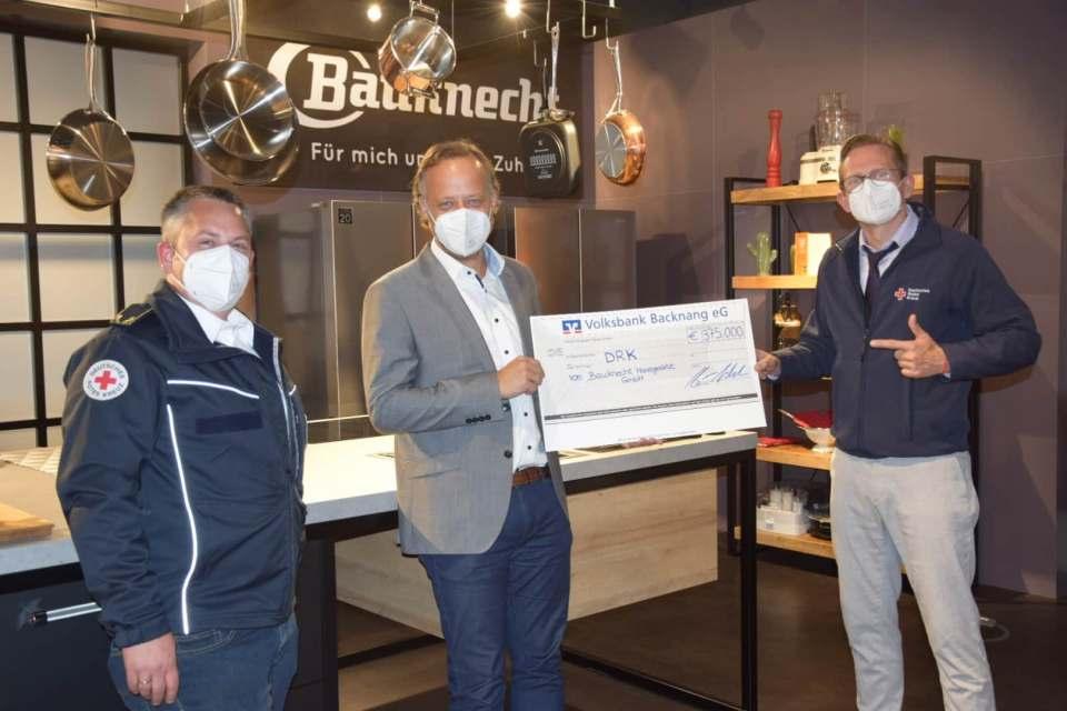 Benjamin Federle (Mitte) überreichte den Scheck über 375.000 Euro im Auftrag von Bauknecht und der Whirlpool Corporation an das DRK, vertreten durch Fabian Becker und Marc Gross.
