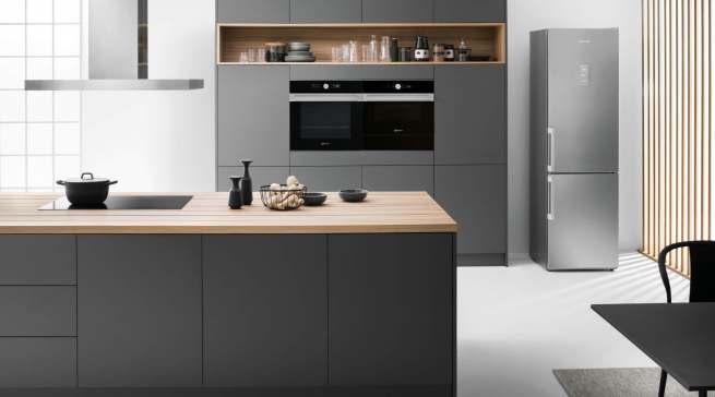 Reduziert auf das Wesentliche: Mit dezenten Edelstahl-Applikationen fügt sich die schwarze Collection.05 von Bauknecht optimal in die moderne Küchenumgebung ein.