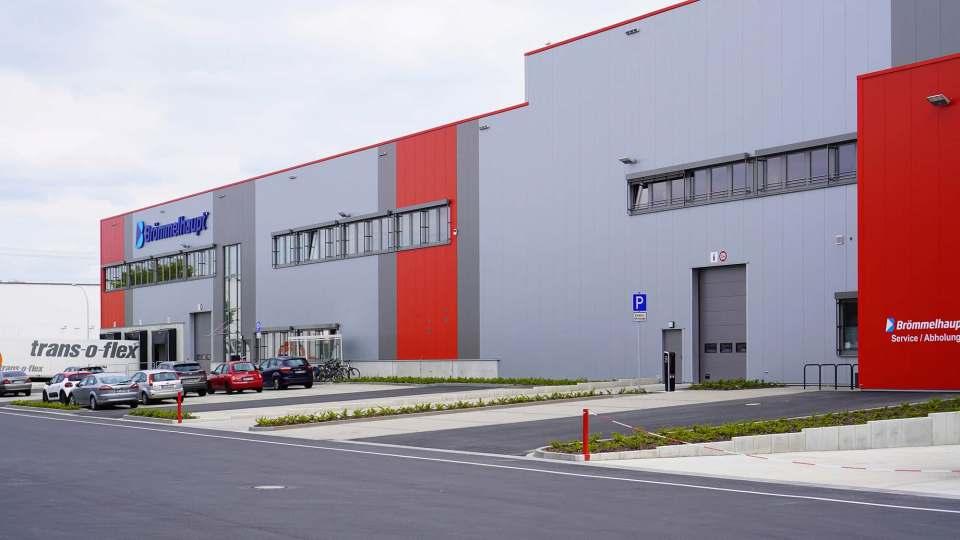 """Seit April'21 fertig: Das neue Brömmelhaupt-Logistikzentrum """"LogPlaza"""" in Frechen."""
